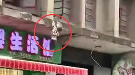惊险!三岁幼童翻窗找妈妈险坠楼 警民合力将其救下