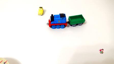 新车拆盒,组装托马斯电动小火车和小汽车展示,黄色过山车轨道,火车玩游戏,儿童玩具亲子互动