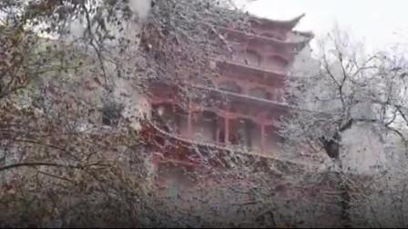 莫高窟迎来今冬首雪,九层楼阁披白衣游客踏雪赏景
