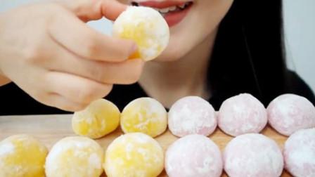 吃美食的声音:小姐姐吃芒果和草莓麻薯冰淇淋,哪一种更好吃呢