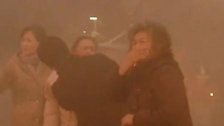 老戏骨不容易!黄渤宋春丽重复拍摄爆炸戏,在烟中呛得狂咳嗽