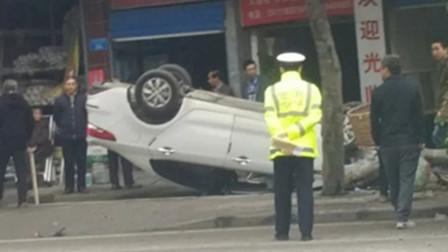 """【重庆】小车""""四轮朝天""""侧翻路边 车辆受损严重安全气囊弹出"""
