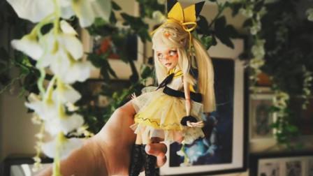 怪高娃娃重新化妆,被主人打扮成了一个长雀斑的可爱女孩