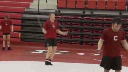 看专业摔跤运动员是怎么训练的?体能技术样样都得抓,太狠了!