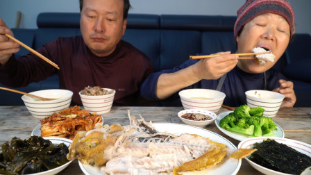 韩国农村家庭的一顿饭:烤石斑鱼+芋头汤+西蓝花,爸爸吃得真馋人
