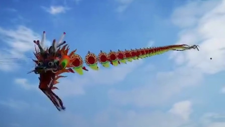 杭州放飞260米巨龙风筝 多名成年男子被带离地面