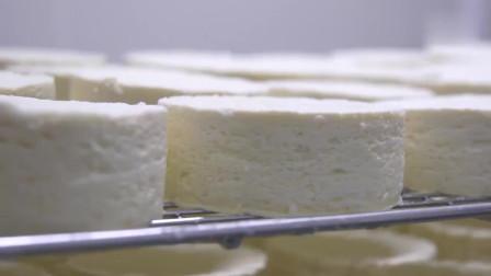 一种半软质的奶酪,看这粘稠的样子,有没有勾起你的食欲呢