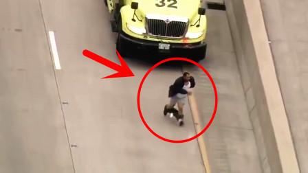 都是裤子惹的祸!男子逃跑时裤子脱落缠住脚,被警察当场抓获!