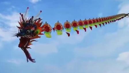 260米长巨龙风筝放飞后失控 挣断绳子飞走多人被带到半空