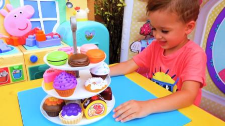 哇塞!萌娃小正太当厨师给弟弟做了好多的彩色小蛋糕啊,看上去太好吃啦!他能吃的完吗?