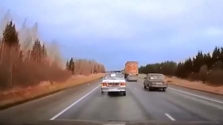 前方小轿车超车时遇到车子变道,急忙转弯,还是发生了惨剧