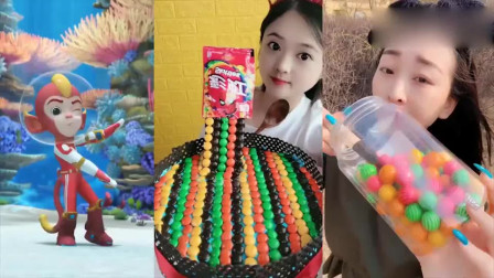 可爱小姐姐试吃彩虹糖蛋糕、西瓜泡泡糖,一口超过瘾