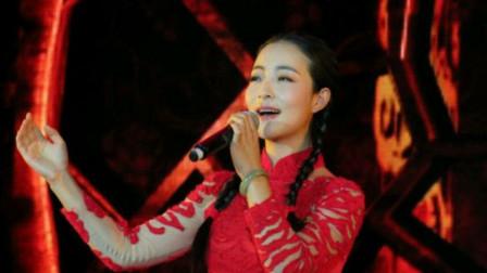 王二妮的妹妹王小妮,在香港演唱《三十里铺》一开声现场沸腾了