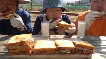 韩国一家三口日常吃播,半米高的三明治第一次见,一家子真能吃!