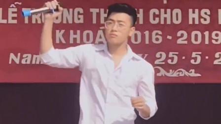 越南大学生翻唱《我们不一样》,中文一开口台下都笑喷了!太搞笑