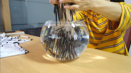 把100根中性笔芯扔水里,会发生什么?网友:终于实现上学时的愿望