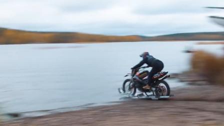 速度够快就可以水上漂?将摩托车提速后冲向水面,场面太壮观了
