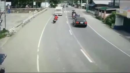 男子作死骑车,谁来也救不了你!回看监控后网友:太荒唐!