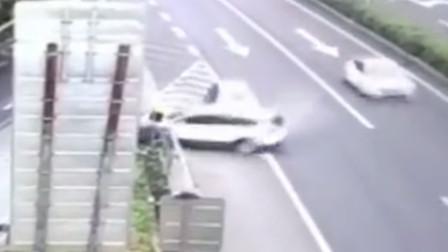 【重庆】两车高速下道口相撞 小车被撞旋转180度