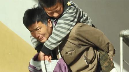 儿子的腿受伤了,父亲每天背着儿子去上学,一部情感电影