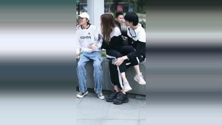 """街拍:遇到情侣""""撒狗粮""""怎么办?学小哥哥怎么面对"""