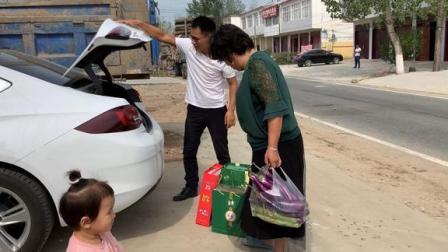 婷婷带老公回娘家,拉了一车唯独少样啥?丈母娘忙说老丈人得戒掉
