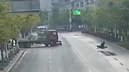 【重庆】转弯货车与直行电动车相撞 吓得对向车道的电动车人仰马翻