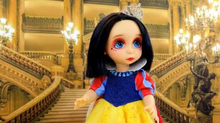可爱的娃娃被主人美妆打扮成白雪公主,接着去了王子的宫殿