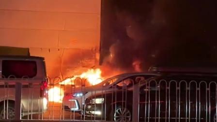 北京朝阳区一轿车路边自燃 整车被火焰吞噬