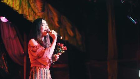 傣族歌手唱歌现场,观众都跟着唱