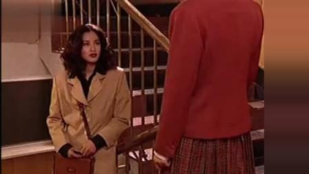 红绒花:美女去找男友,被告知男友和别的女人出去,美女满脸失落