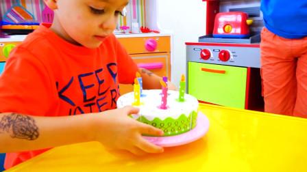 哇塞!萌娃小可爱得到了一个超美味的生日蛋糕,他吃的完吗?小家伙快吹蜡烛吧!