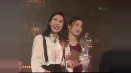 香港:当年的李嘉欣和毛阿敏真漂亮,为刘德华张学友颁奖,真是太养眼