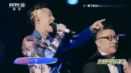 庞龙和曾毅演唱《兄弟抱一下》声音充满魅力,让人回味无穷