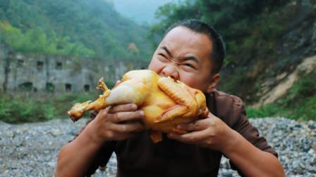 大公鸡这样吃才叫爽,整只鸡放盐里一焖,吃起来真过瘾