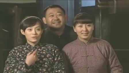 小姨多鹤:仨孩子和小姨比和亲妈还亲,照相也要带上小姨,亲妈这表情亮了!