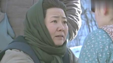 小姨多鹤:多鹤抱着孩子逃跑,母亲追到她时,她这么做!