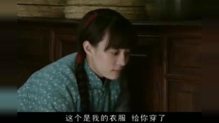 小姨多鹤:多鹤正喝药,院里忽然放鞭炮,多鹤以为是打枪吓得碗都扔了