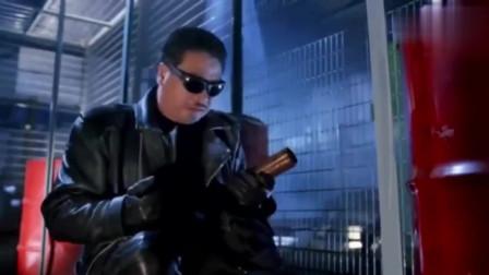 吴孟达一身黑皮夹扮酷,怎料被对方压制,结果直接脱出白内裤投降