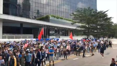 """""""反暴力!撑!""""呐喊声响彻香港特区总部上空"""