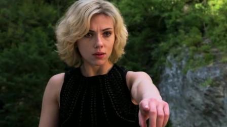 超体:女子大脑开发完成,智力堪比上帝,她却用来造U盘