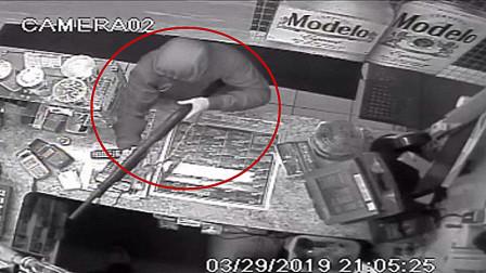 劫匪持枪抢劫商店遇硬茬店员,赔了夫人又折兵!