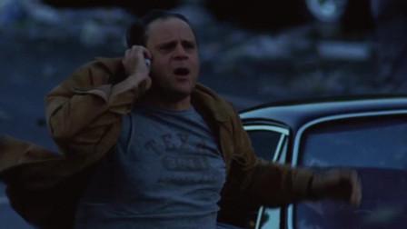 超强龙卷风袭击洛杉矶,别人在逃跑小伙还在打电话,下一秒就挂