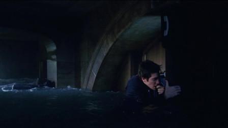 小伙身陷洪水给亲爹打电话,不料水位太高,小伙被淹沉到水下