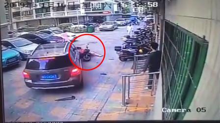 疑被教训小区内乱停车 小车司机直接开车将女子撞飞