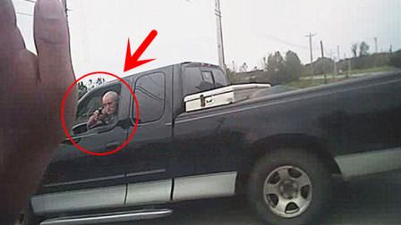 美国警察办案处处都是危险,62岁老人突然掏枪,警员仓皇逃命!