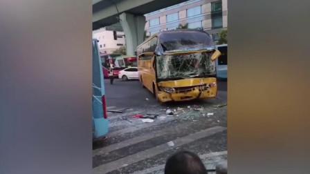 福建一公交车与大巴车相撞,4人骨折,肺部挫伤!现场惨烈