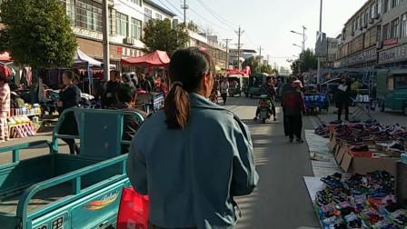 安徽阜阳:农民小亮带老婆赶集,集市做活动买一送一划算不?