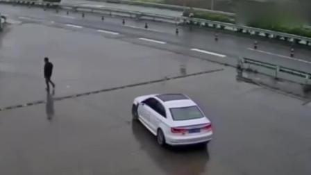 大货车刹车失控,小轿车右转时直接被撞残,监控拍下全过程