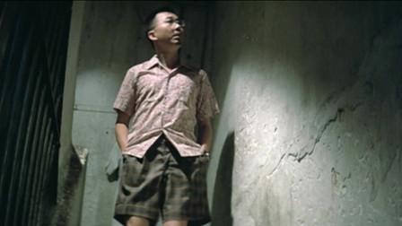 70年代的老电影,许冠文穿着白色长筒袜,看着真别扭